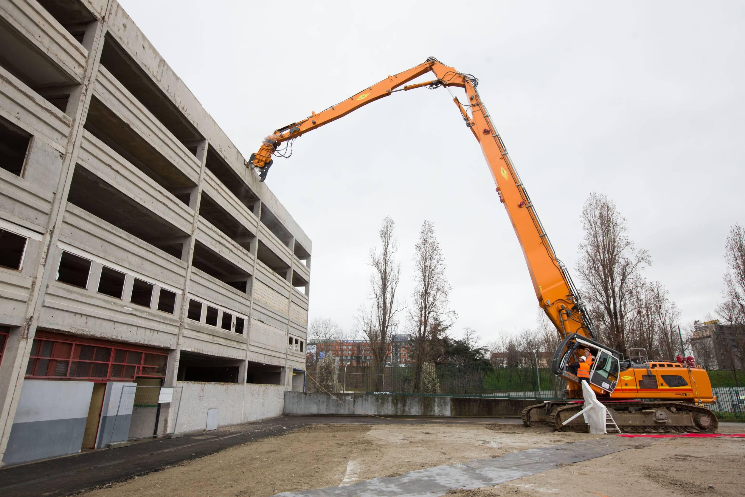 Démolition d'un parking sur le site de la future Aréna à la porte de la Chapelle
