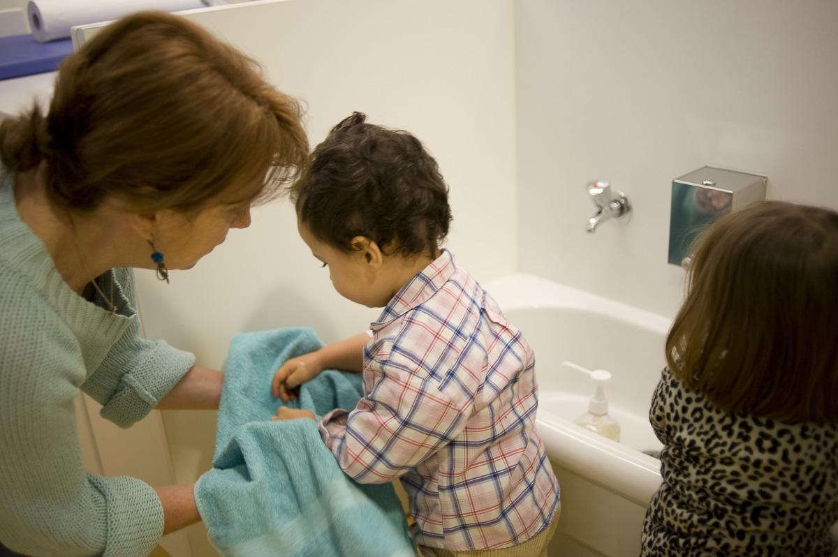 Hygène , par le lavage des mains aux enfants