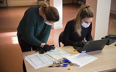 145820 Distribution de masques , personnel protégé avec des gants et des masques
