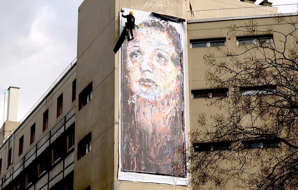 Oeuvre monumentale de l'artiste Hom-Nguyen représentant Edith Piaf sur l'hôpital Tenon