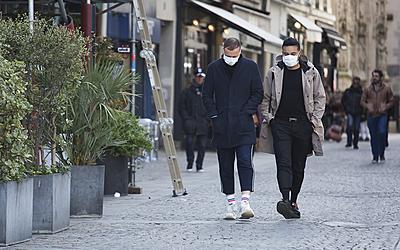 Piétons avec un masque dans la rue