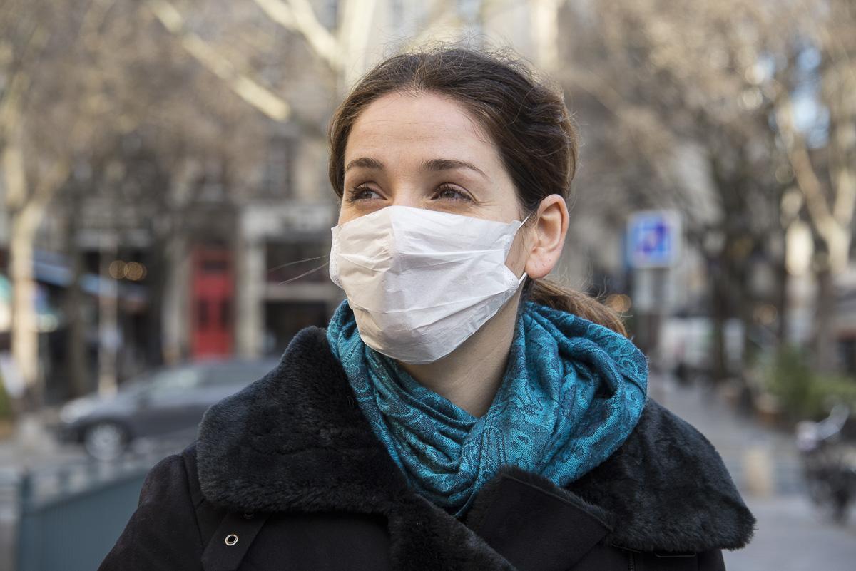 Jeune femme portant un masque de chirurgien