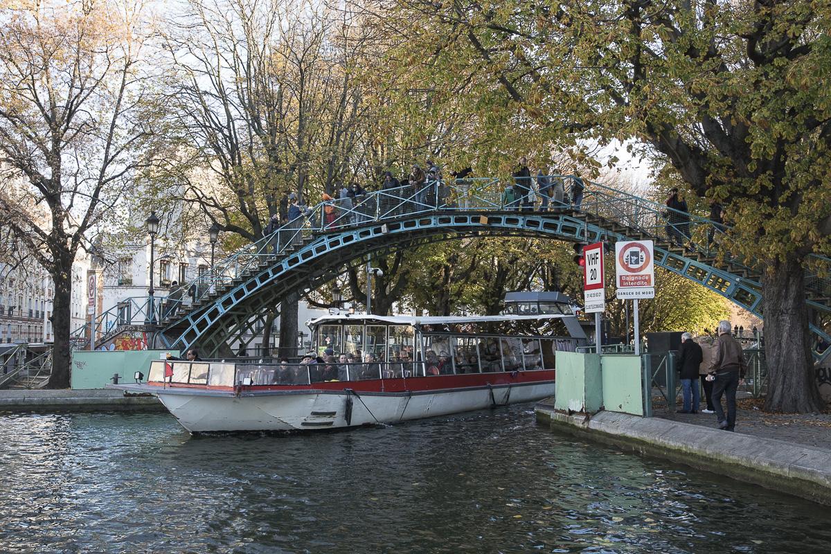 Passerelle et péniche sur le canal Saint Martin