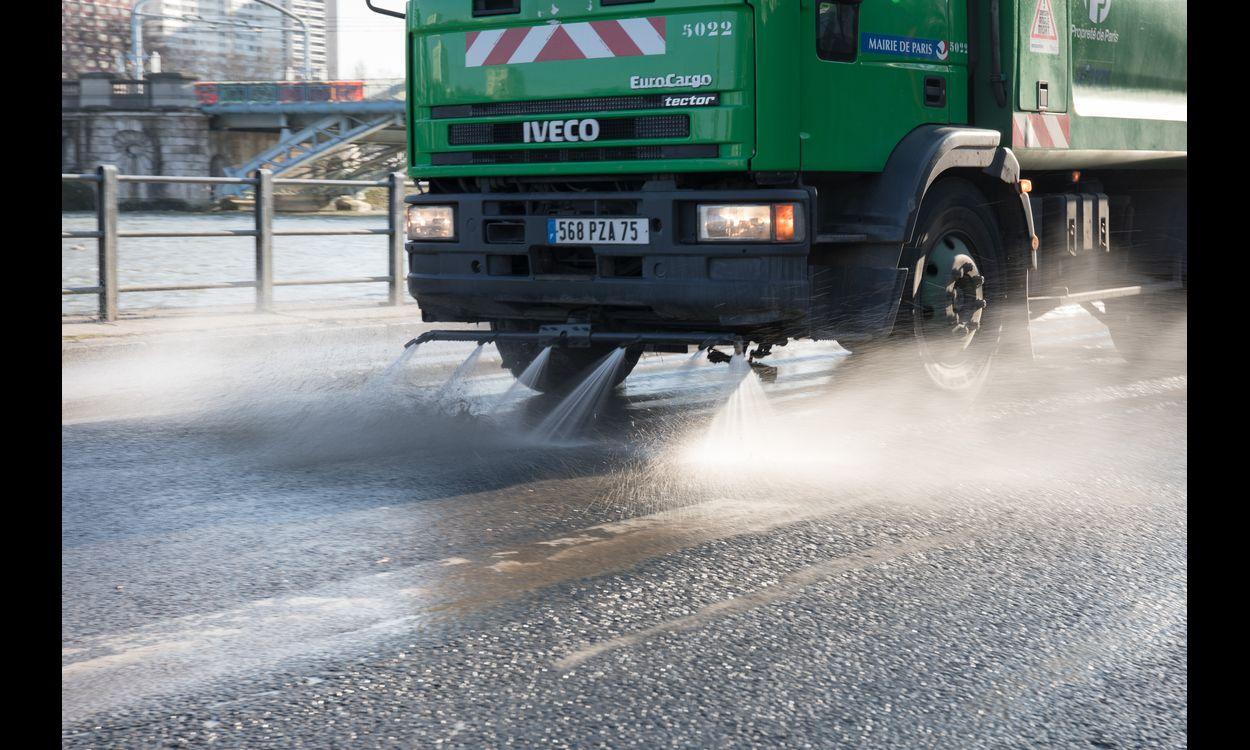 Le nettoiement des rues s'effectue d'ordinaire avec l'eau non potable