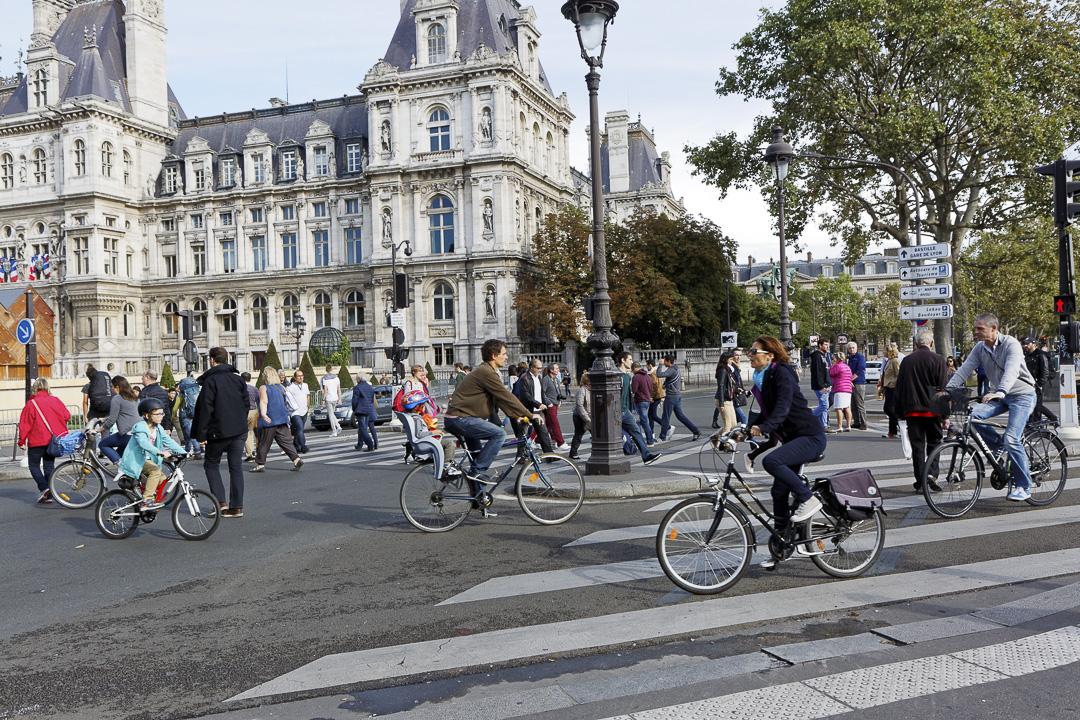 Vélos et piétons lors d'une journée sans voiture