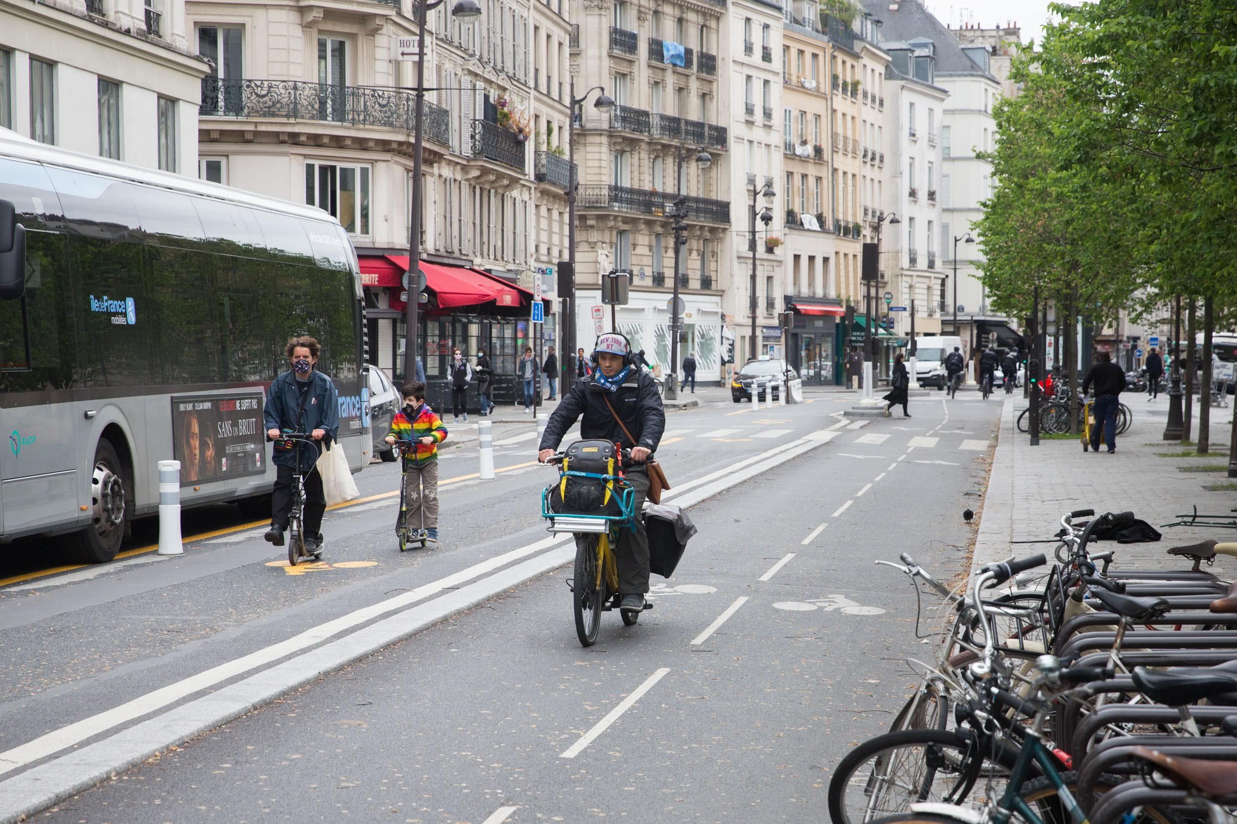 A vélo et à trottinette rue de Rivoli