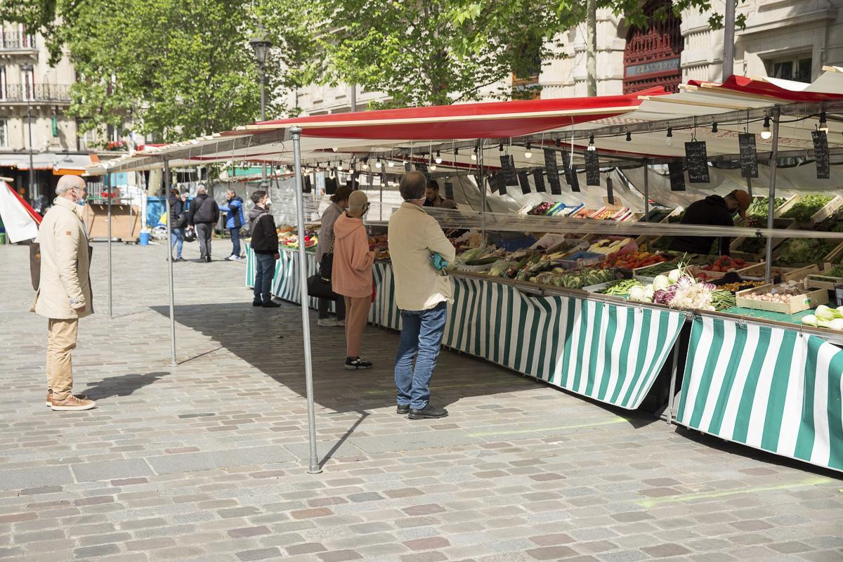 Le marché place Baudoyer avec des systèmes de protection fasse au coronavirus
