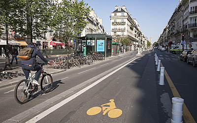Cycliste sur une piste cyclable rue de Rivoli