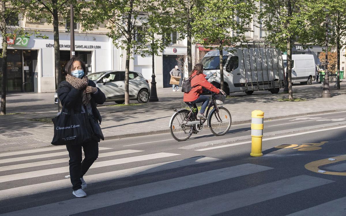Piétion, vélo et piste cyclable sur la rue de Rivoli