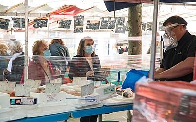 Parisiennes au marché , protégé par une bâche de protection