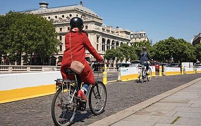 Cycliste sur une piste cyclable sur un pont