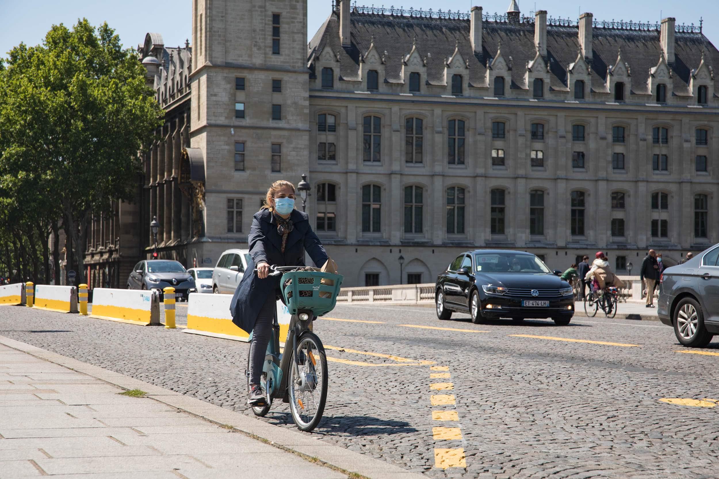 Cycliste en vélib portant un masque de protection