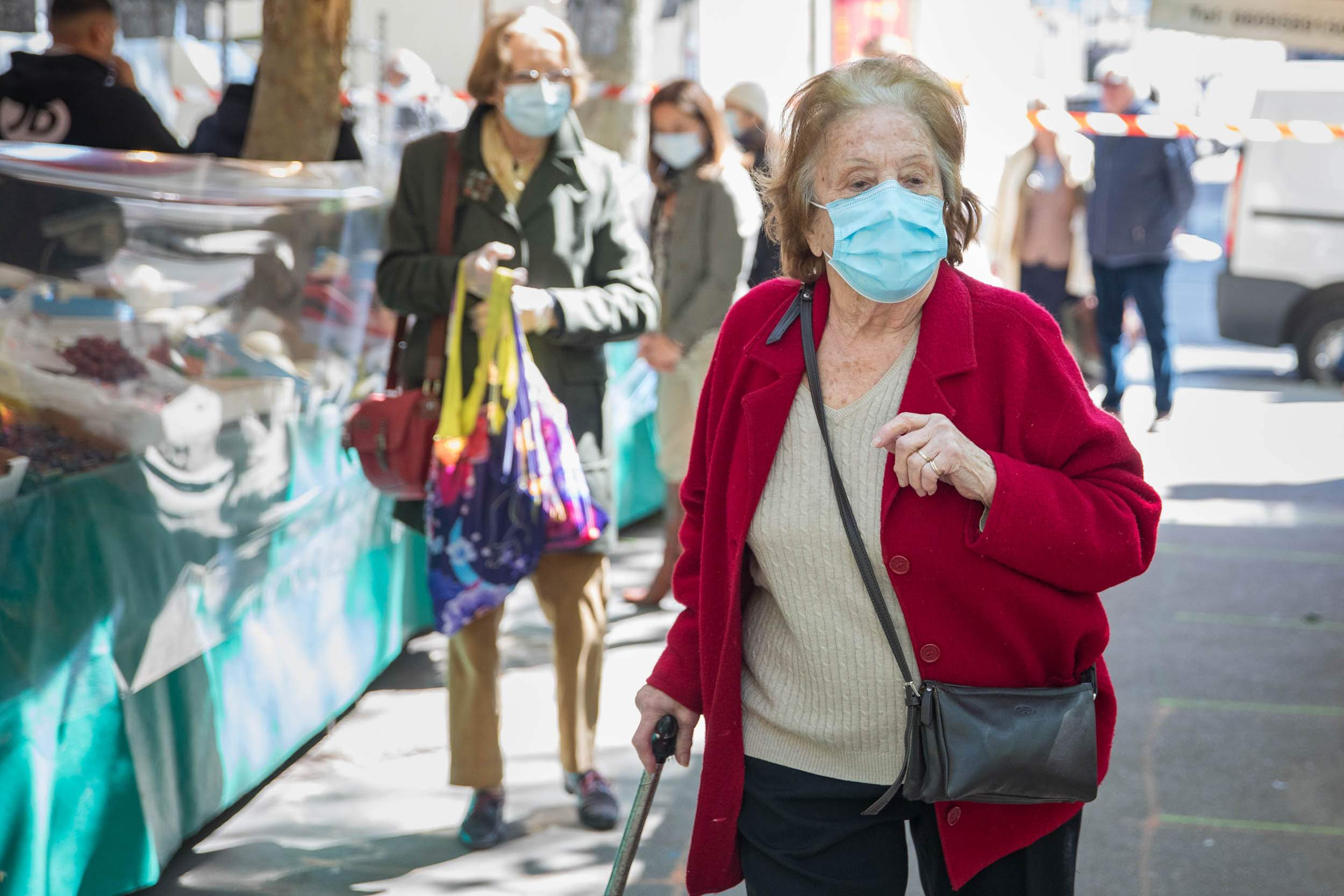 Sénior portant un masque au marché