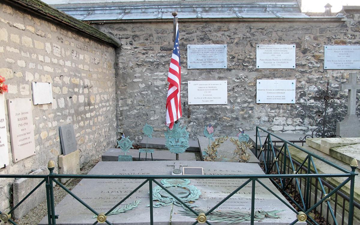 La tombe de La Fayette, pavoisée d'un drapeau américain.