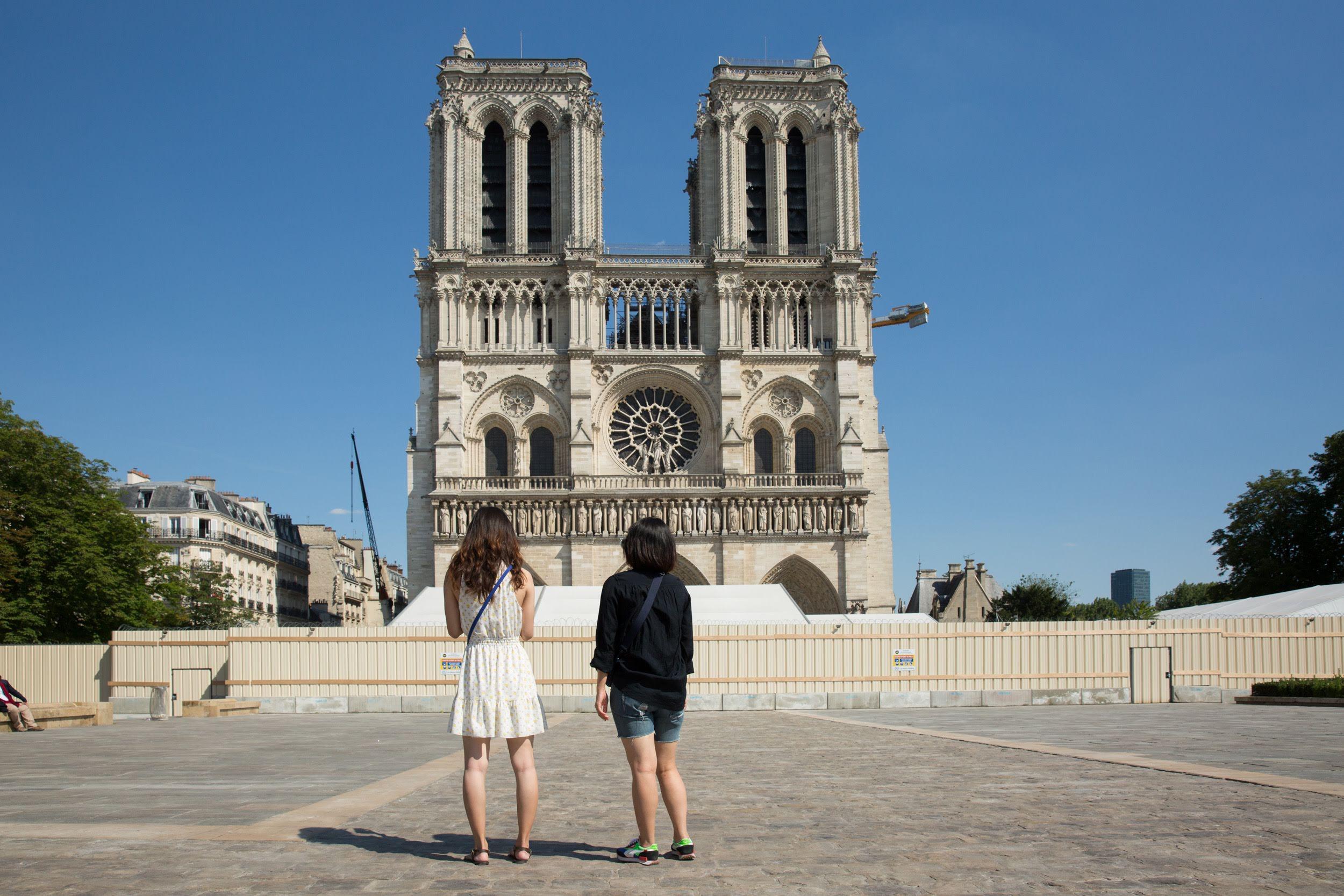 Des Parisiens admirent Notre-Dame depuis le parvis réouvert