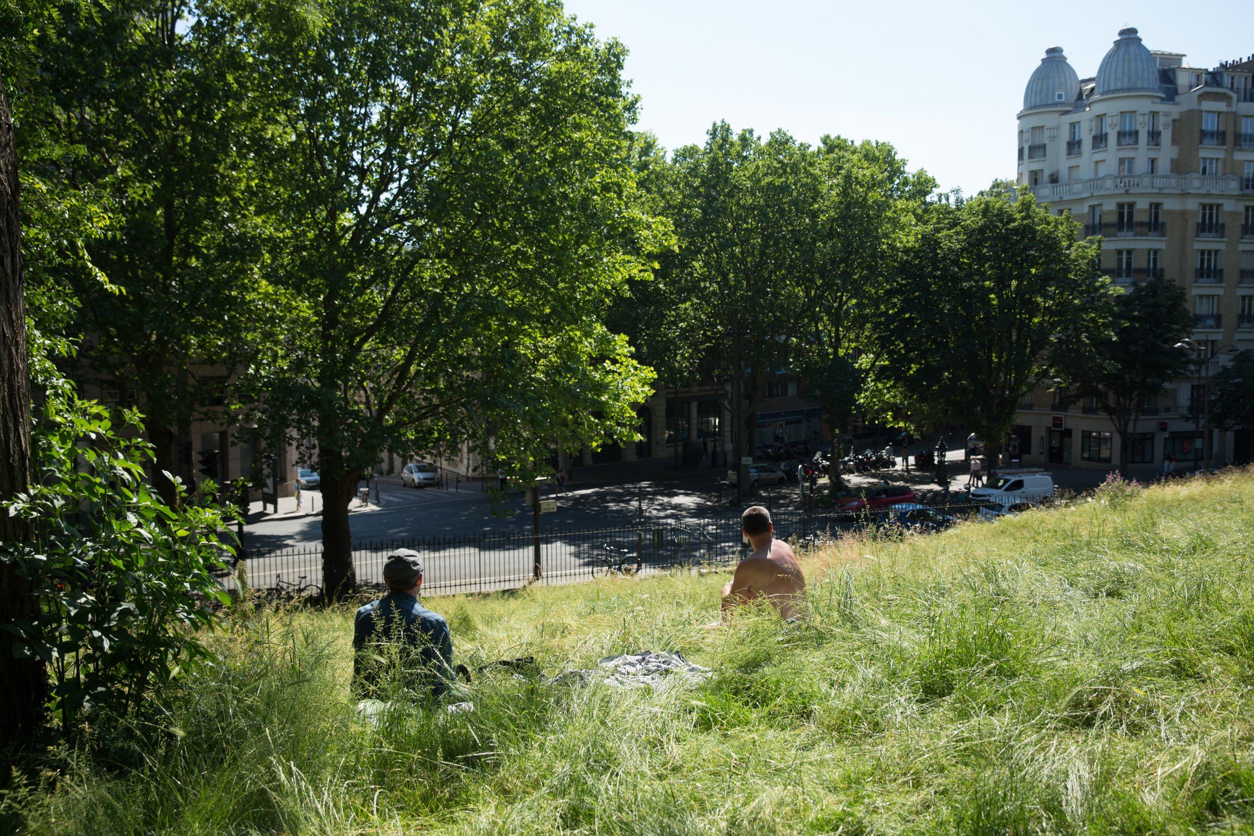 Parisiens dans l'herbe du Parc des Buttes-Chaumont