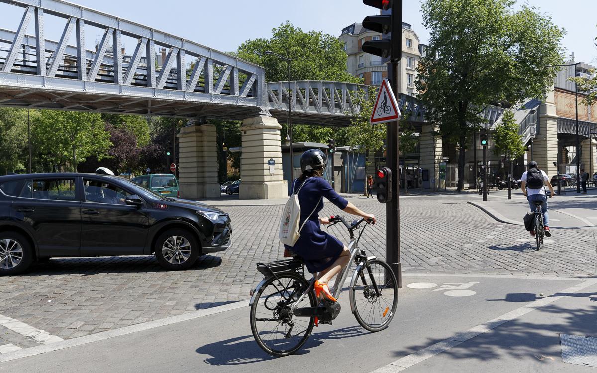Cycliste sur un vélo à assistance électrique