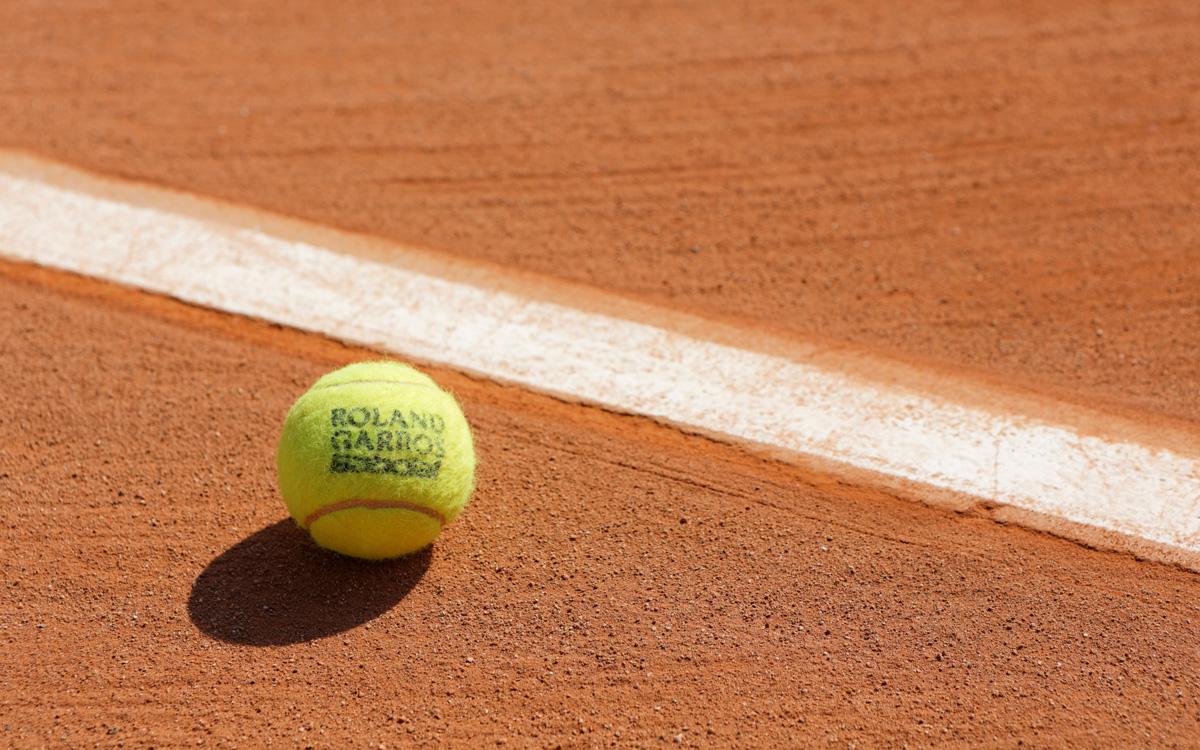 Balle de tennis sur un court