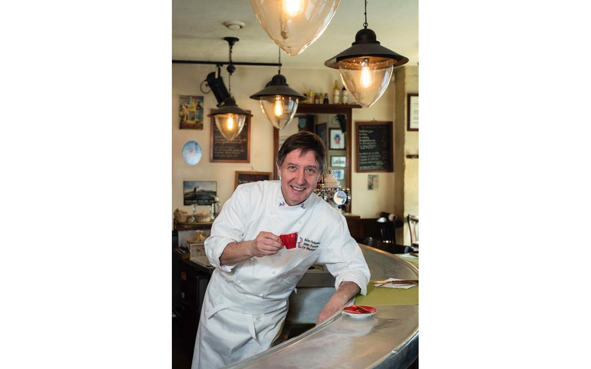Le chef Alain Fontaine pose sur le zinc de son bistrot