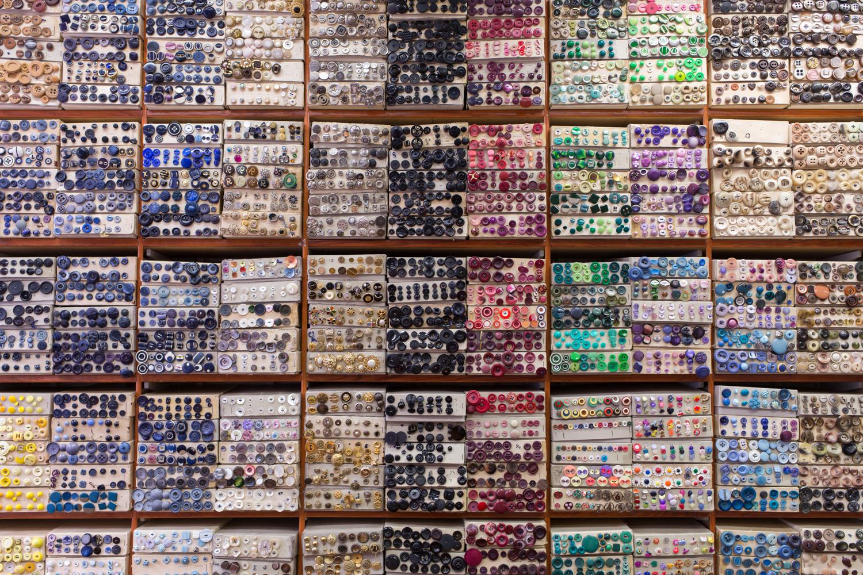Rubans, fils, perles, laine, plumes, aiguilles, strass boucles et bien entendu boutons, recouvrent les murs du sol au plafond.