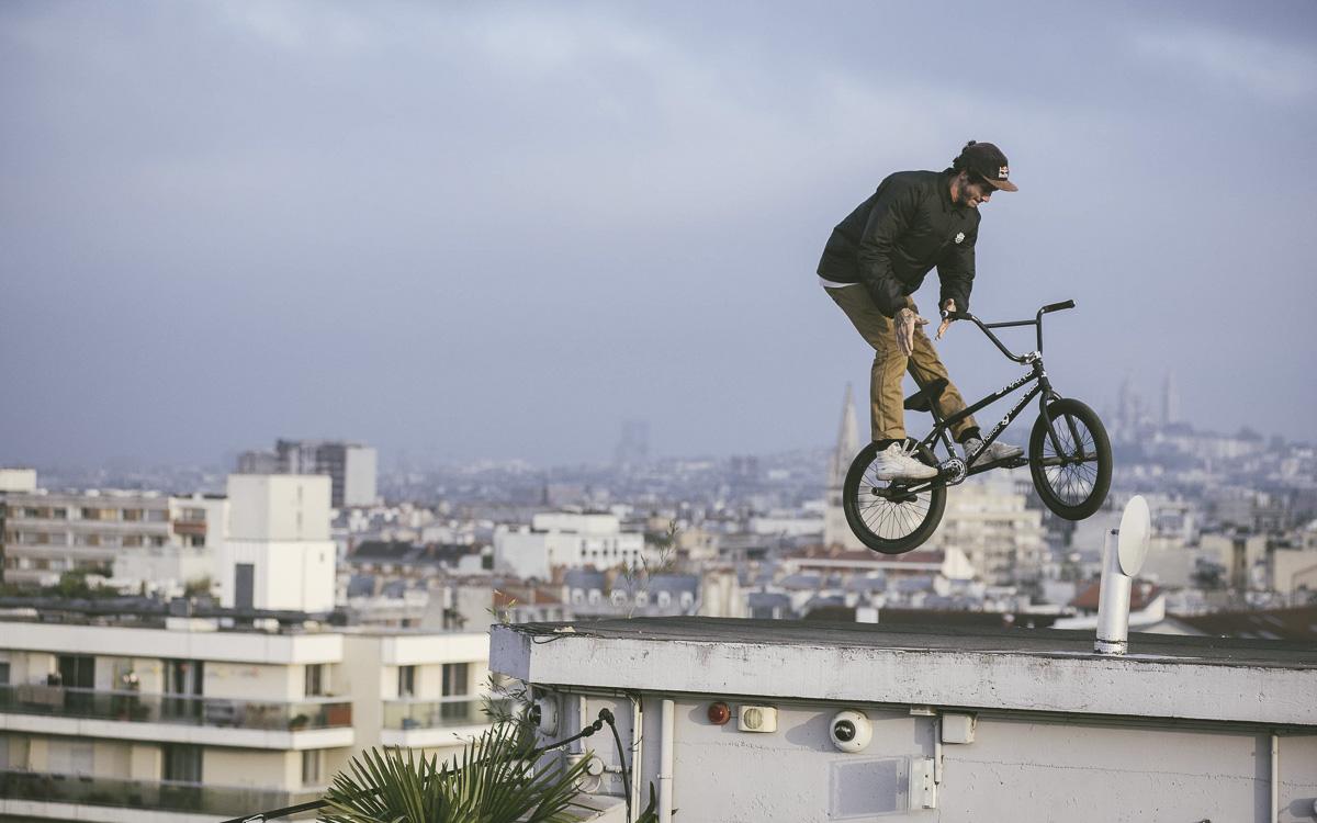 """Matthias Dandois sur le toit du bar """"le perchoir"""""""