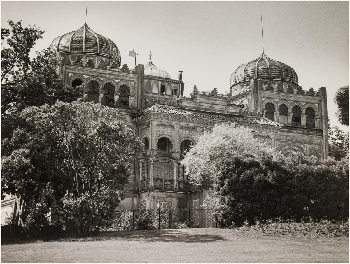 Photo en noir et blanc du pavillon du Brado qui se tenait au coeur du parc Montsouris autrefois.