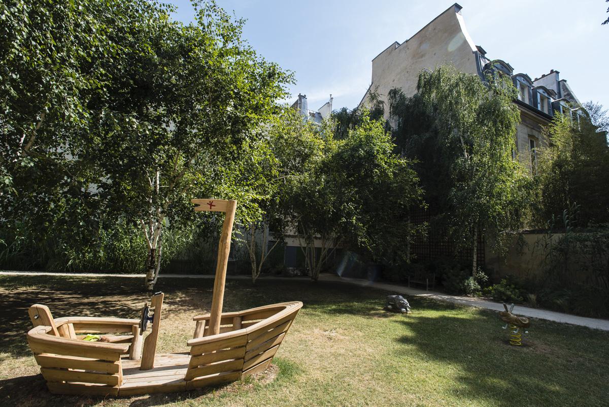 Bateau en bois au milieu du jardin