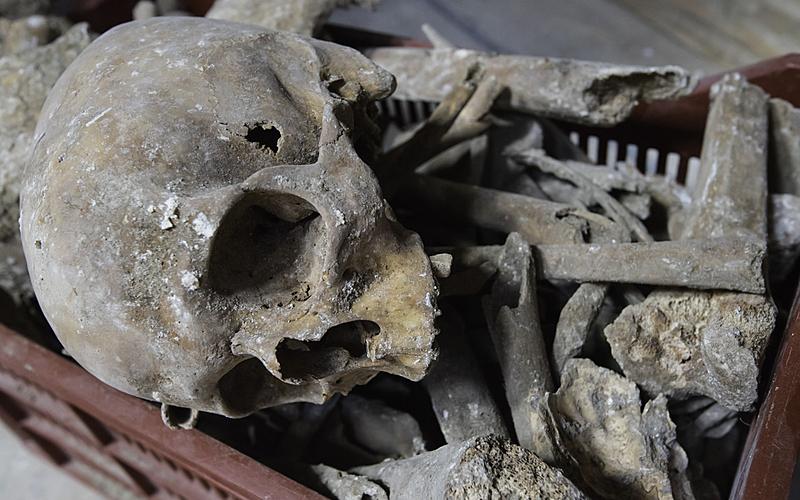 Crânes et ossements retrouvés sous la dalle de pierre de l'église