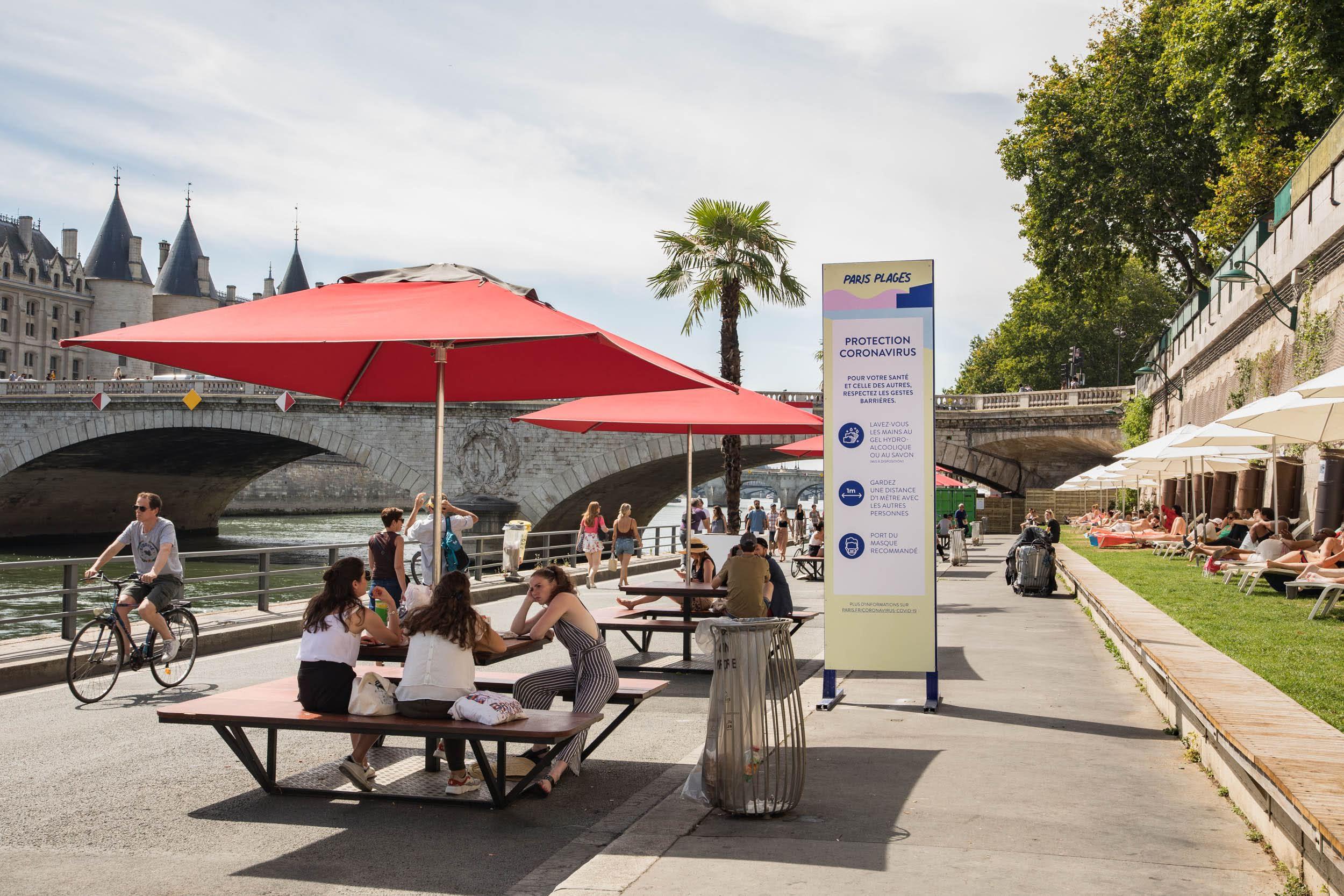 Tables, parasols et transats installés au bord de la Seine