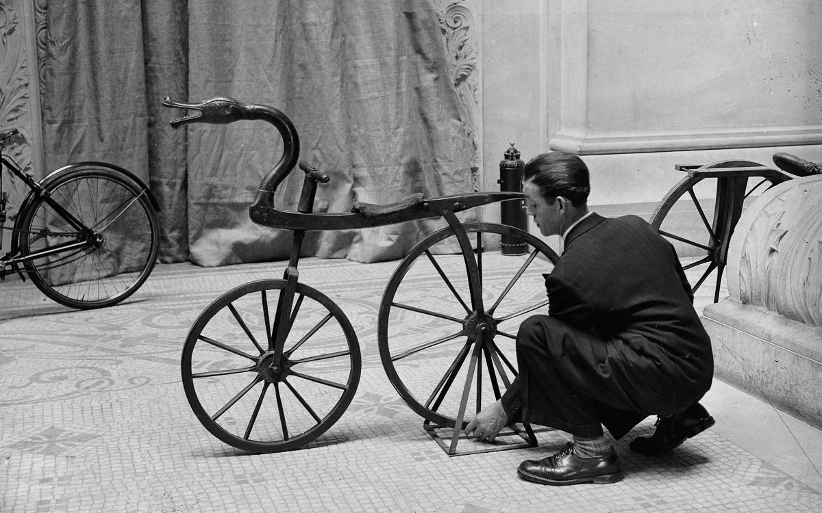 Draisienne. Exposition rétrospective de la bicyclette. Paris, palais du Louvre, pavillon de Marsan.