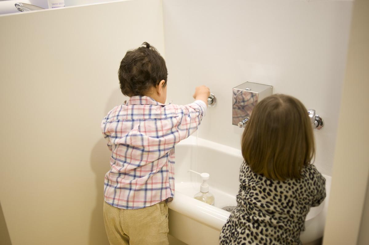 Lavage des mains des enfants à l'école