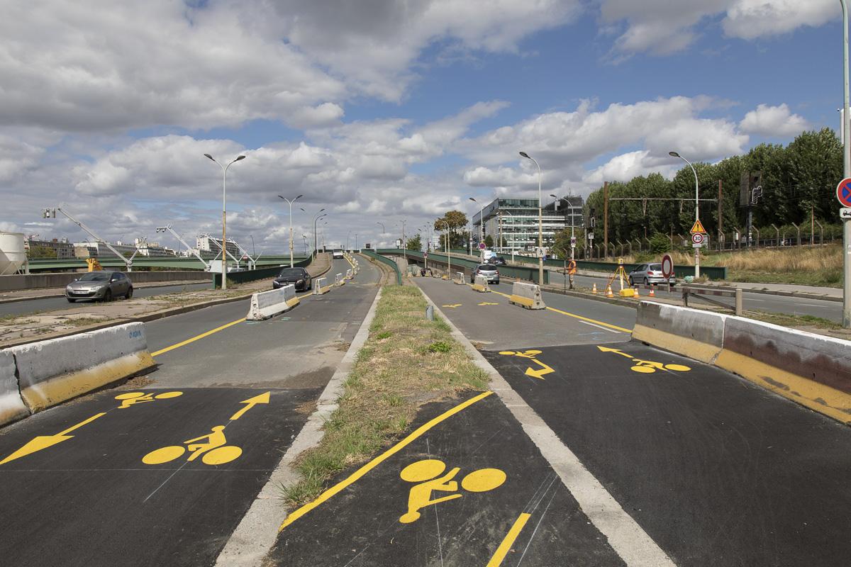Nouvelle piste cyclable bidirectionnelle qui permet de passer sous le périphériques et de rejoindre la banlieue.Quai d'Issy-les-Moulineaux