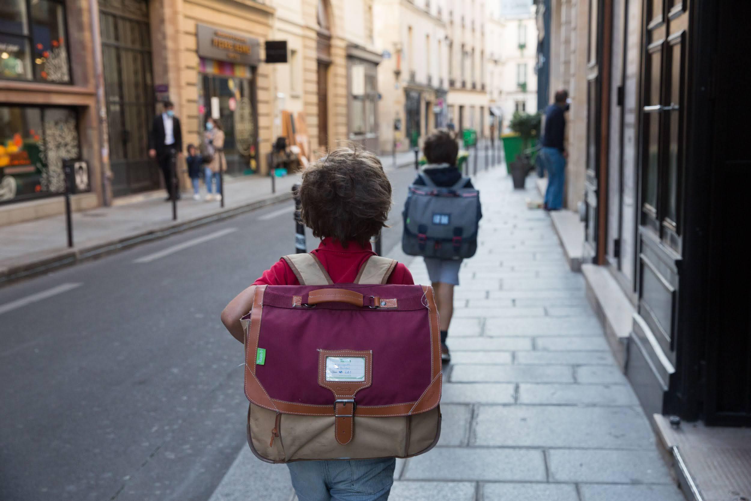 Enfants se dirigeant vers l'école