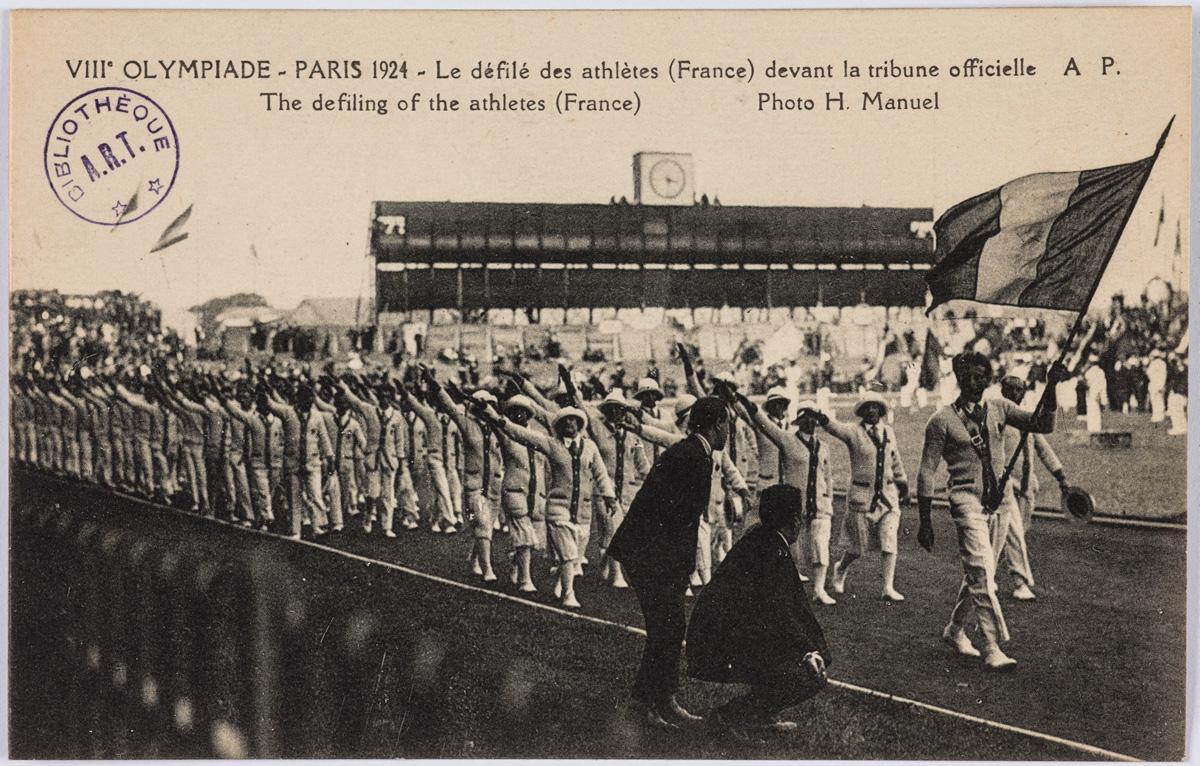 VIIIe Olympiade - Paris 1924. Le défilé des athlètes (France) devant la tribune officielle