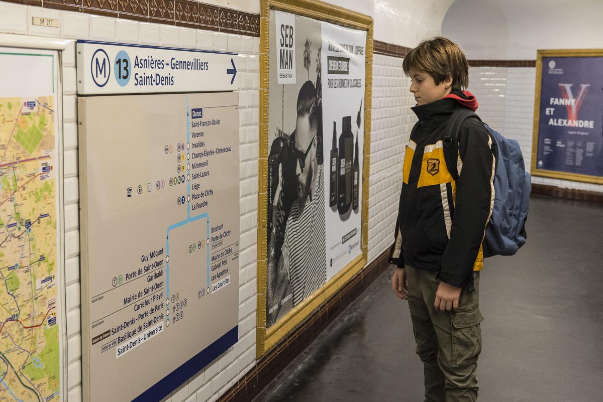 Jeune dans le métro