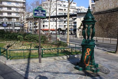 Plaque en hommage à Odette et Moussa Abadi, couple de résistants, située sur la place à l'angle de la rue de Charenton et de la rue Daumesnil