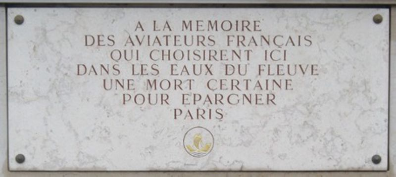 Plaque en hommage aux aviateurs français, située Pont de Tolbiac