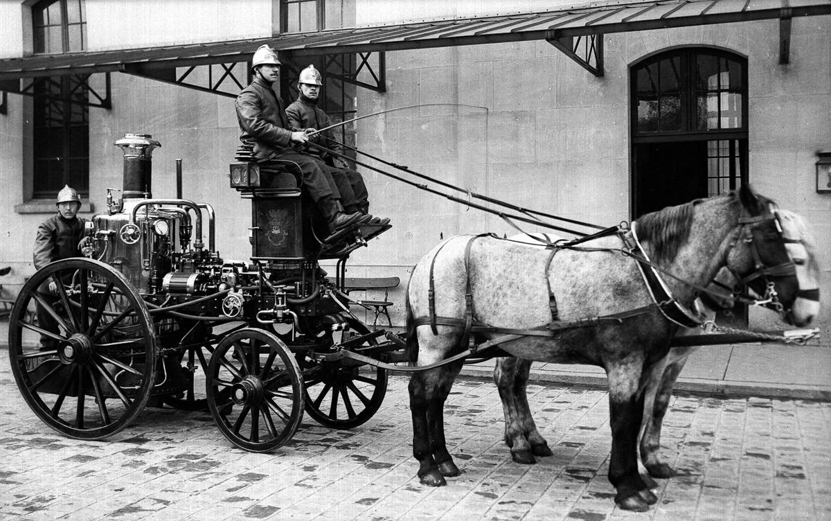 Pompe à vapeur à traction animale des services des Sapeurs-pompiers de la ville de Paris, vers 1900.