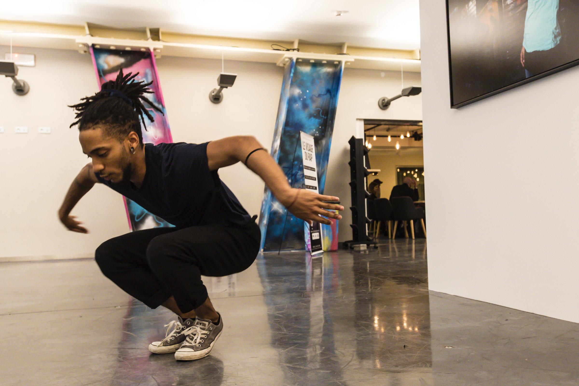 Un danseur au centre de hip hop La Place