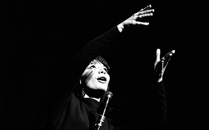 Juliette Gréco (née en 1927), chanteuse française. Paris, théâtre de l'ABC, février 1962.