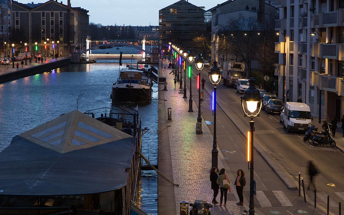 L'éclairage du canal de l'Ourcq et du pont levant de Crimée, à la tombée de la nuit,  à Paris 19e arr.