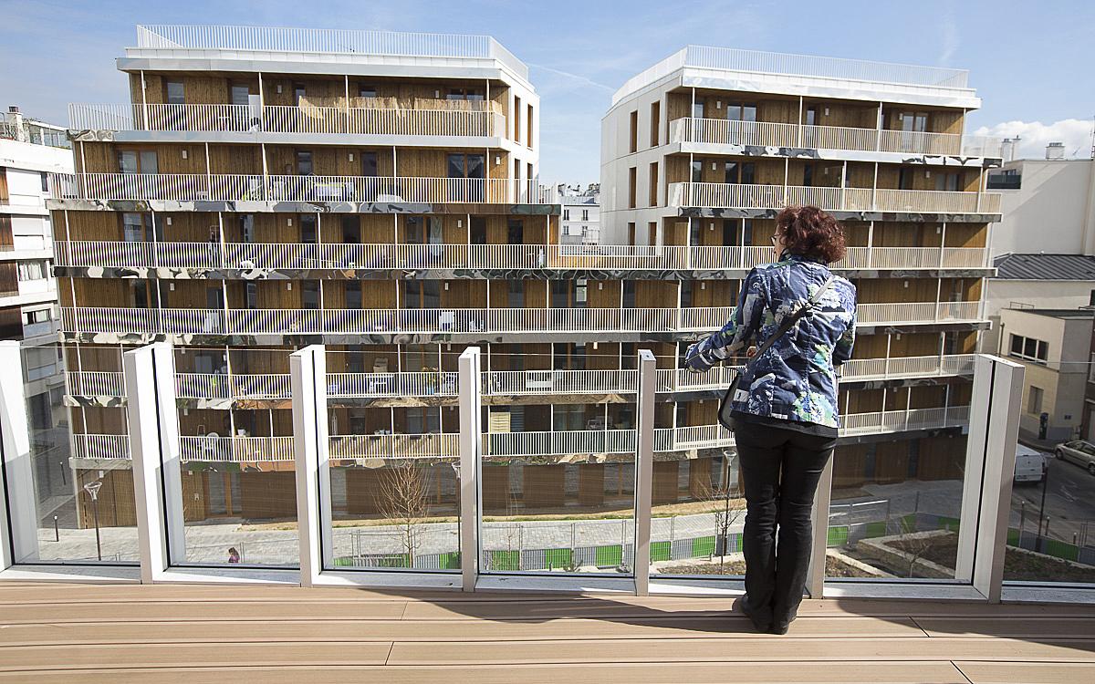 Une personne au balcon d'une résidence seniors de la Ville de Paris