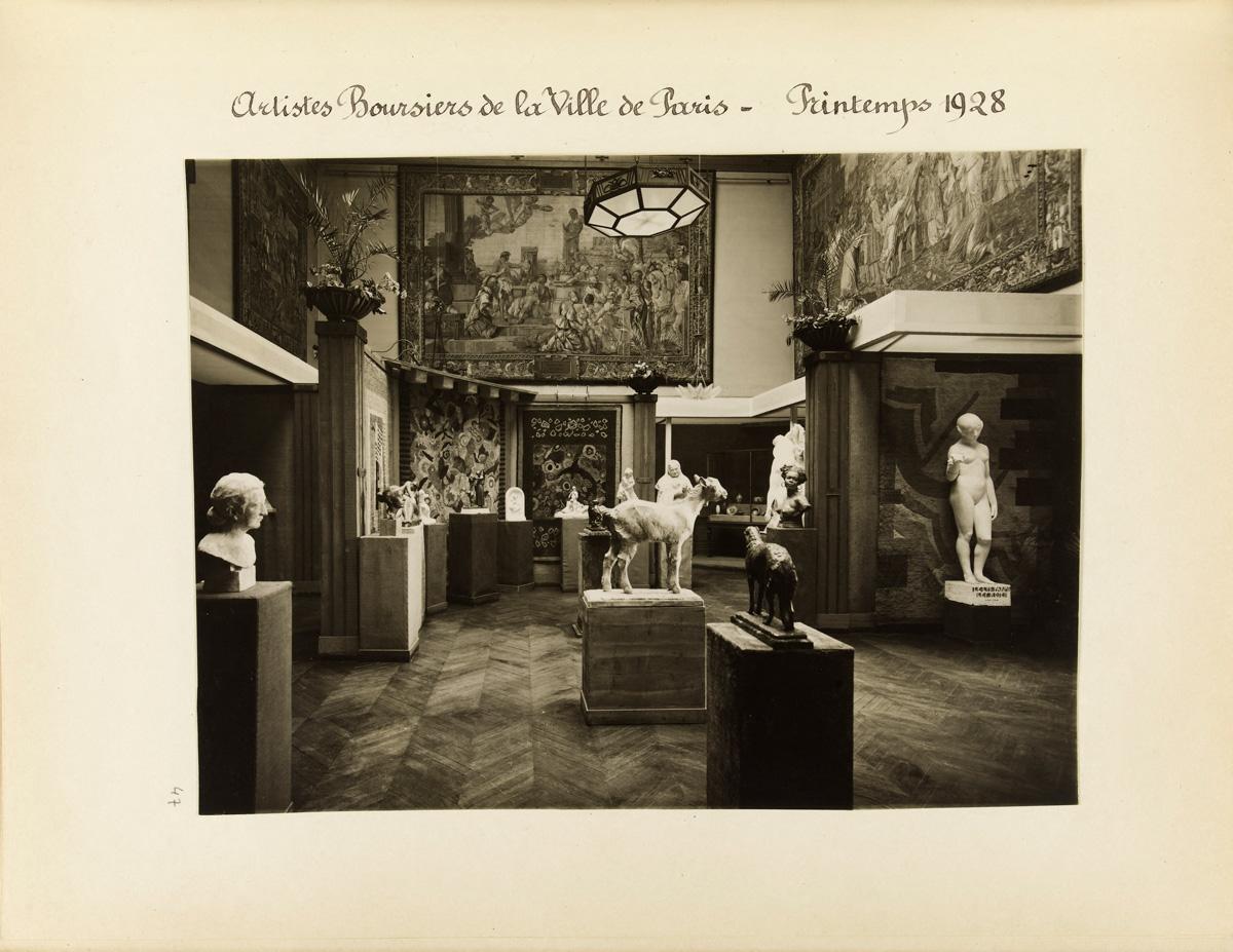 """Album de photographies prises au musée Galliera. """"Artistes boursiers de la Ville de Paris, printemps 1928""""."""
