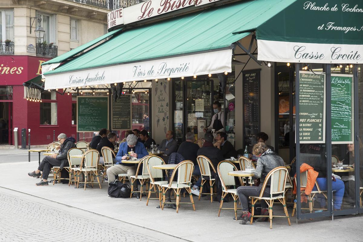 Terrasse d'un bar parisien