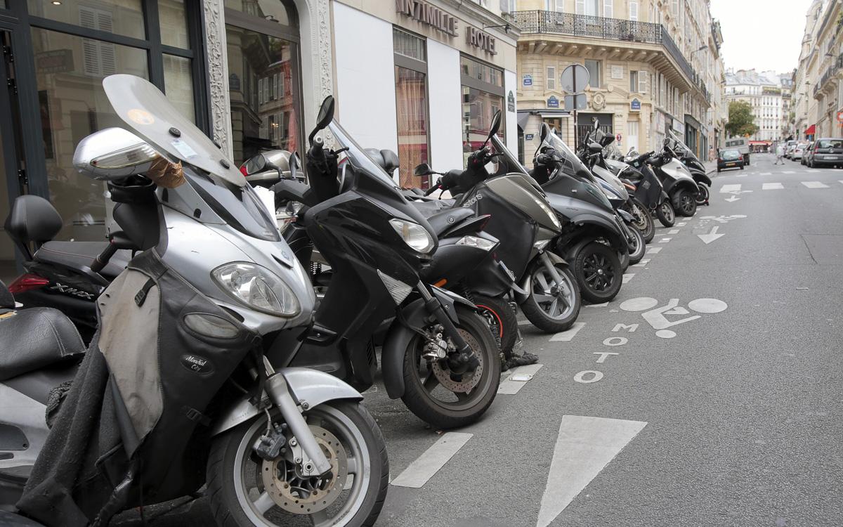 Stationnement  de scooters et de motos