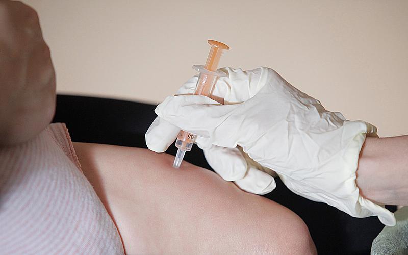 Une personne qui se fait vacciner