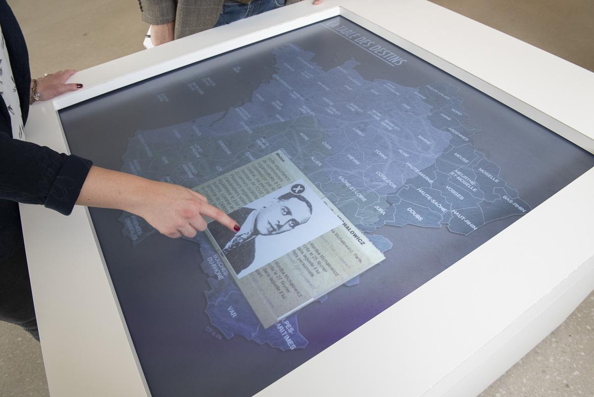 Ecran interactif au mémorial de la Shoah à Drancy