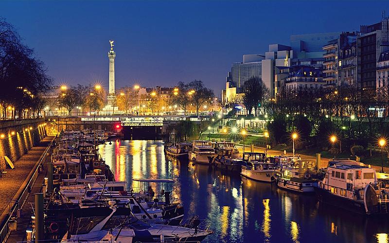 Canal Saint-Martin : vue du port de l'Arsenal près de la Bastille à Paris en soirée