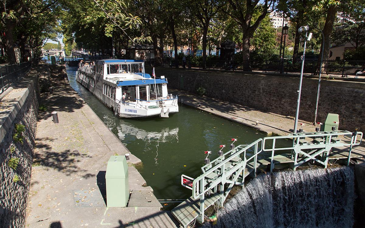 Canal Saint-Martin : éclusage d'un bateau à passagers dans les écluses 3-4 des morts à Paris.