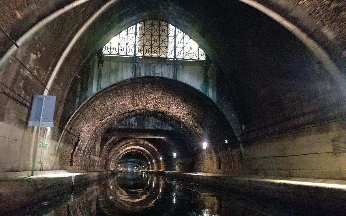 Canal Saint-Martin : la voûte de la Bastille à Paris